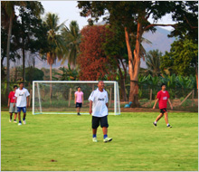 ฟุตบอล เตะฟุตบอล สนามฟุตบอล เล่นฟุตบอล กิจกรรม วิมานน้ำรีสอร์ท รีสอร์ท เพชรบุรี